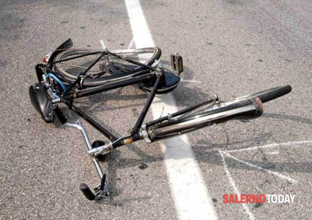 Battipaglia, va a lavoro in bici e viene investito: il conducente dell'auto non lo soccorre