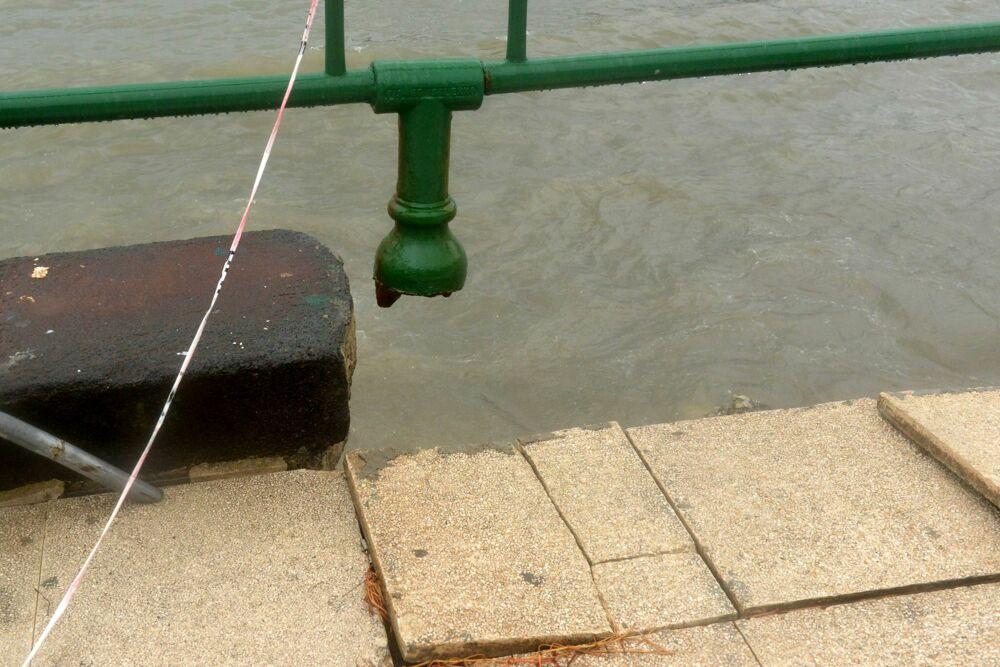 Mareggiate a Salerno: danni anche alla ringhiera e alla pavimentazione del lungomare