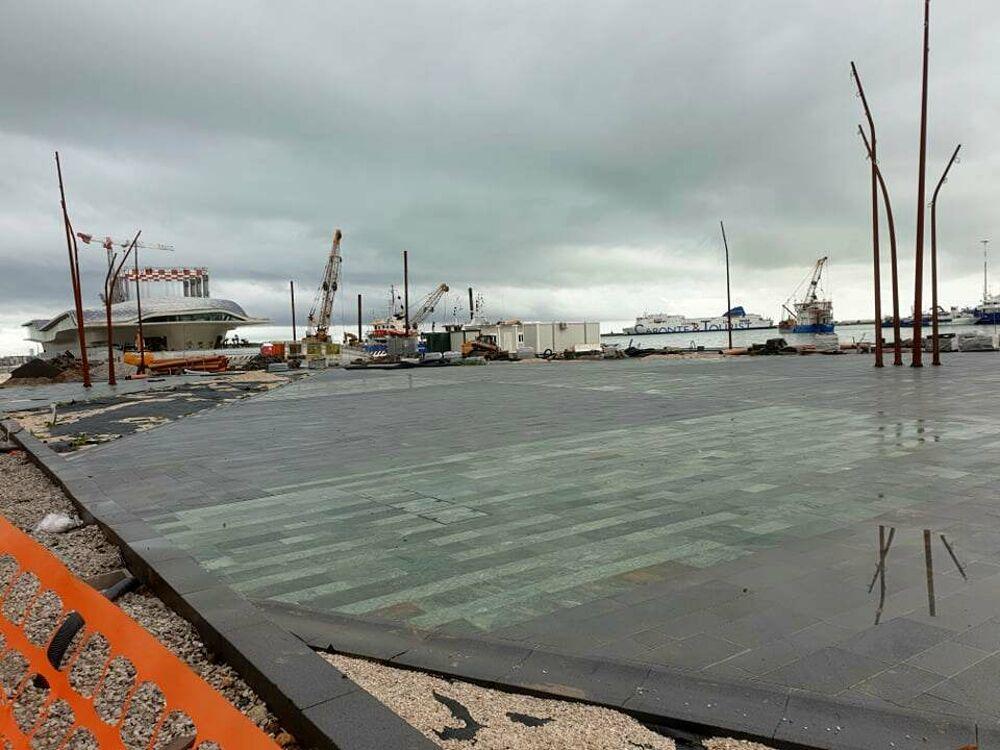 Riqualificazione del Molo Manfredi: i primi effetti della nuova pavimentazione e i lavori in corso