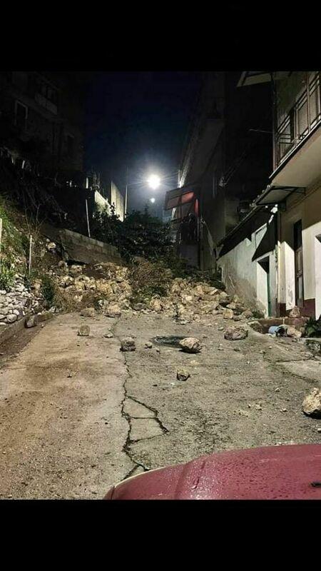 Crolla muro di contenimento ad Auletta, pietre e detriti bloccano la strada