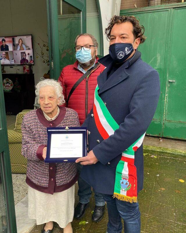 Cento anni e la targa ricordo: nonna Emma festeggia a Vietri sul Mare