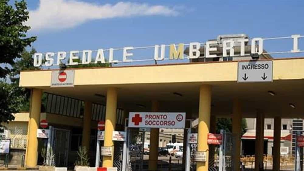 Stanco di aspettare, si scaglia contro la finestra del PS: tensione all'ospedale di Nocera