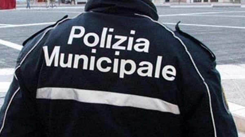 Gasolio sul Corso a Salerno, tratto interdetto ai pedoni: intervengono i vigili