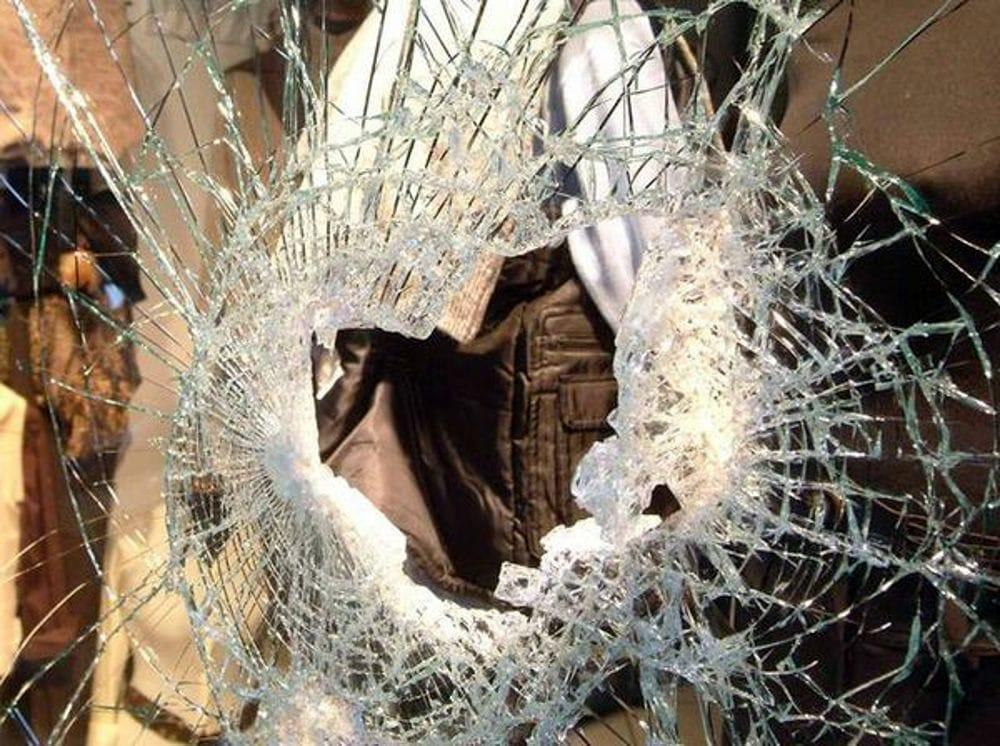 Provano a rubare in un negozio, danni alla vetrina: è caccia ai ladri a Vallo