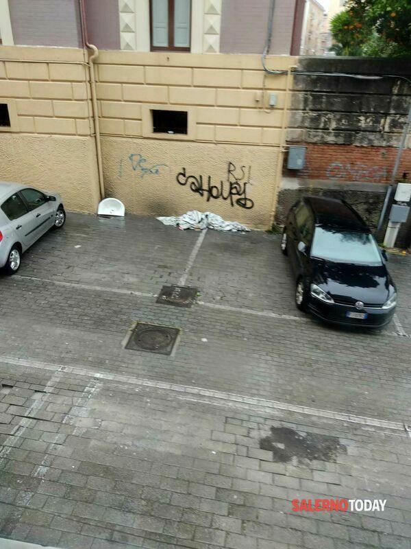 Lavabo e stracci in strada: micro discarica in via Sica, la denuncia