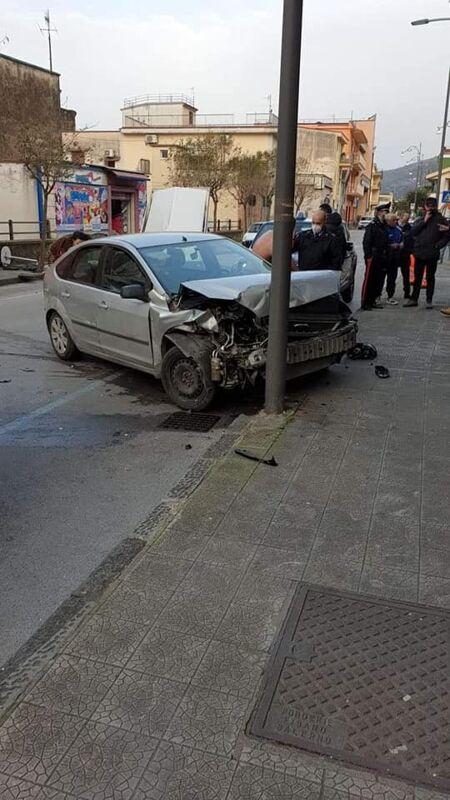 Sarno, auto impazzita sfonda gazebo di una cornetteria: straniero nei guai