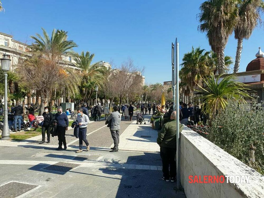 Salerno, primo giorno di zona arancione: niente folla sul lungomare, blitz del sindaco
