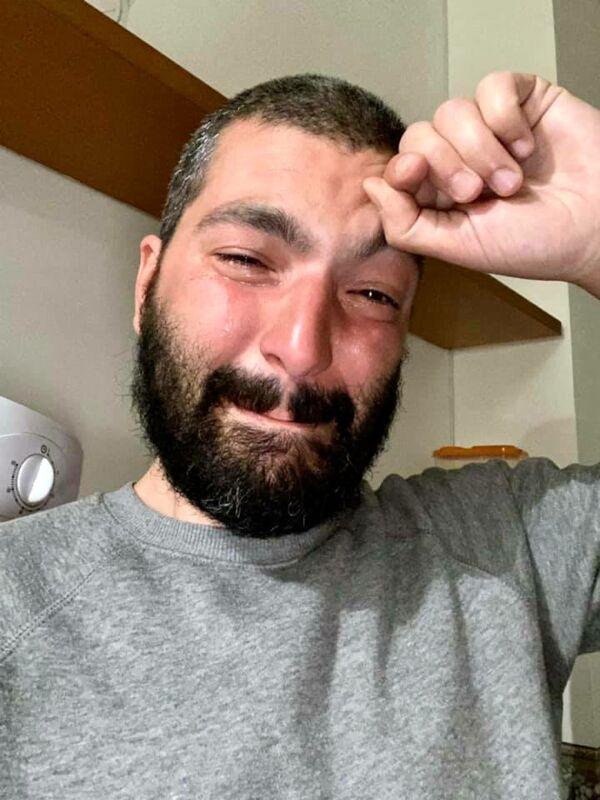 """""""Ricchion"""", insulti omofobi a Pierpaolo Mandetta: la foto in lacrime commuove il web"""