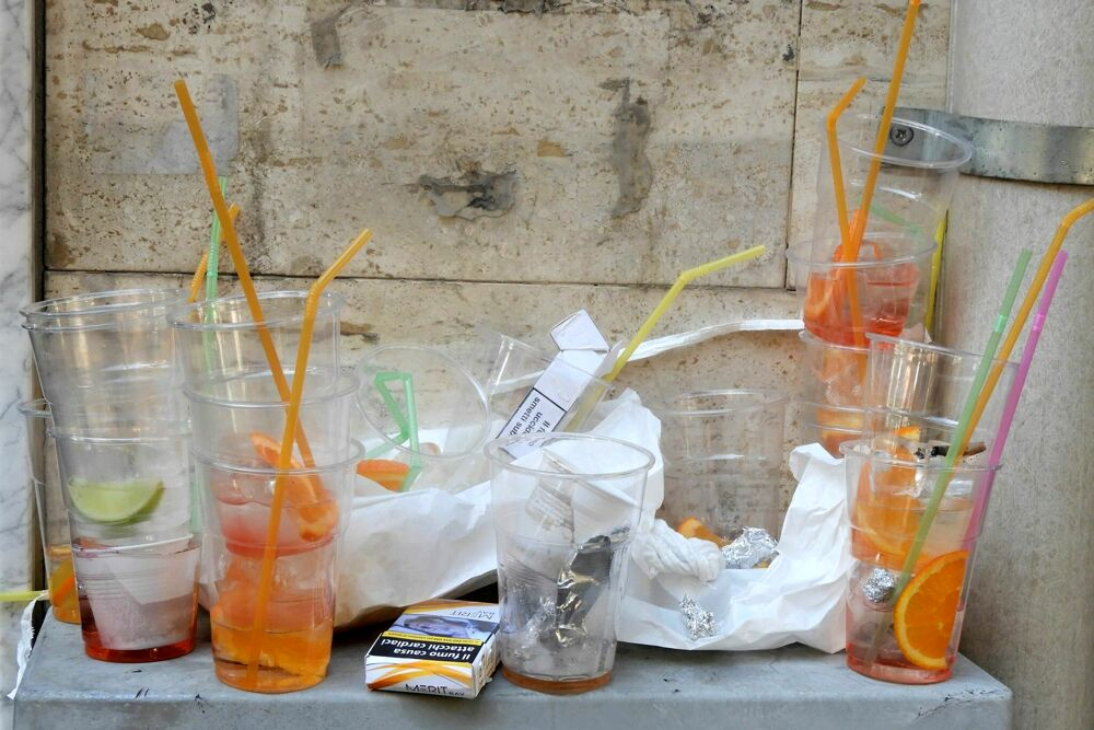 Bicchieri, bottiglie e lattine abbandonati in strada: non cala l'inciviltà a Salerno città