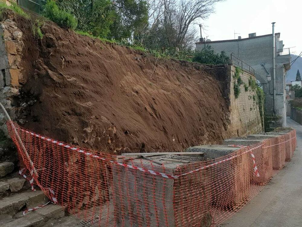 Piogge e disagi: cede parte di un muro di tufo a Castel San Giorgio