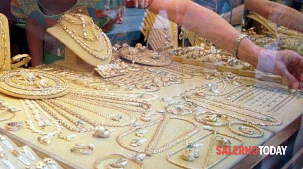 Distraggono gioielliere per rubare bracciale d'oro: arrestata coppia salernitana