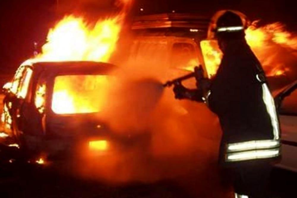 Due auto distrutte dalle fiamme a Ravello: indagano i carabinieri