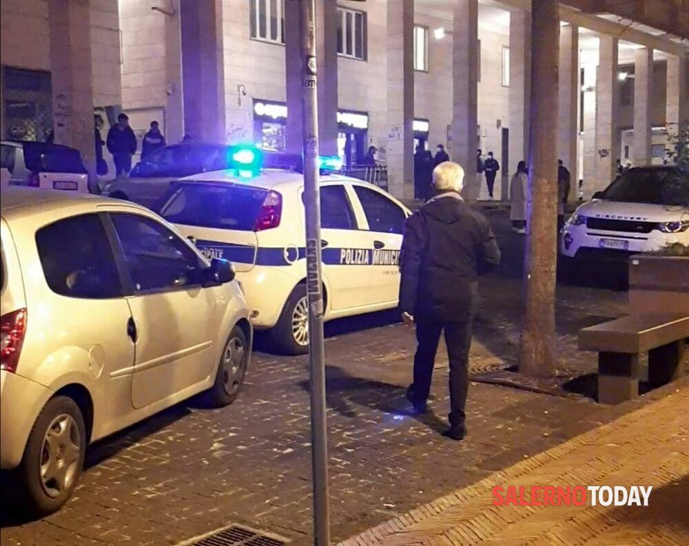 Covid a Salerno, blitz del sindaco in Piazza Sant'Agostino: richiamati giovani e stranieri senza mascherina