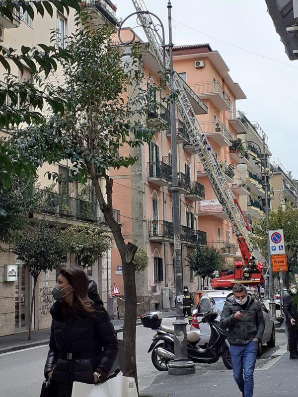 Cadono calcinacci in via Carmine: strada temporaneamente chiusa, traffico in tilt
