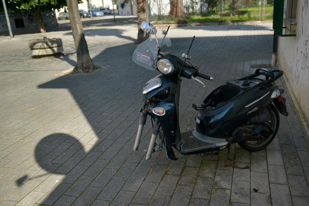 Motorini senza ruote e senza targa a Pastena: la segnalazione