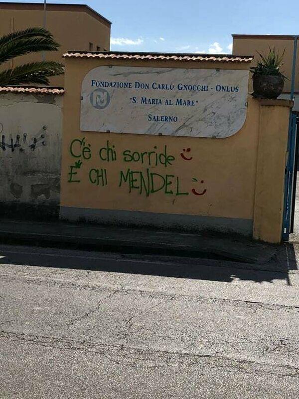 Vandali in azione a Salerno: scritte offensive contro la Fondazione Don Carlo Gnocchi