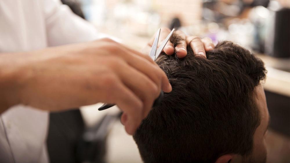 Pontecagnano, barbiere apre in zona rossa per tagliare i capelli ad un ragazzo autistico