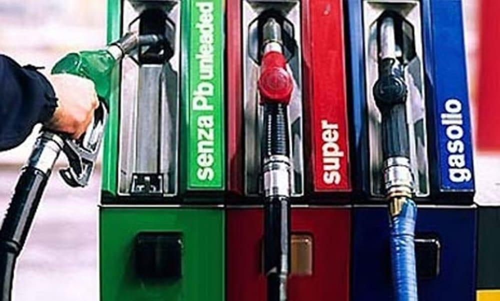 A folle velocità contro il distributore di benzina, furto fallito a Battipaglia: banditi in fuga