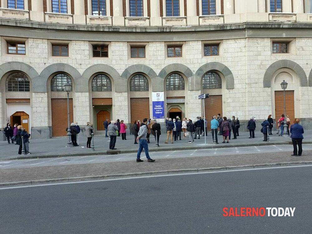 Covid-19 a Salerno: lunghe file al centro vaccinale del Teatro Augusteo
