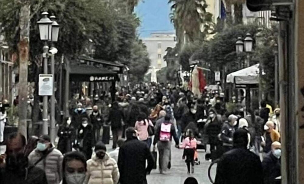 """Folla sul Corso e negozi chiusi, la titolare di Anaclerico: """"Ora basta, io riapro"""""""