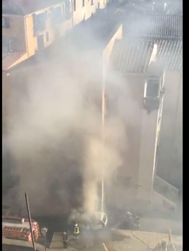 Auto in fiamme nel centro storico di Salerno: l'intervento