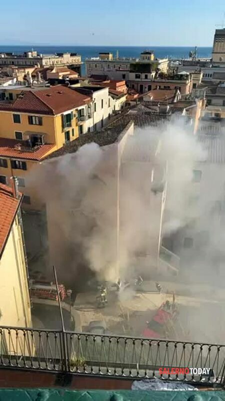 Auto in fiamme al rione Fornelle: l'intervento dei Vigili del Fuoco