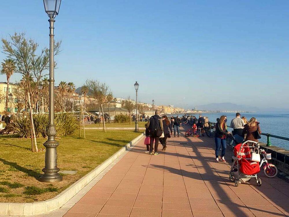 Zona rossa, lungomare Trieste chiuso? Famiglie e giovani affollano il litorale orientale