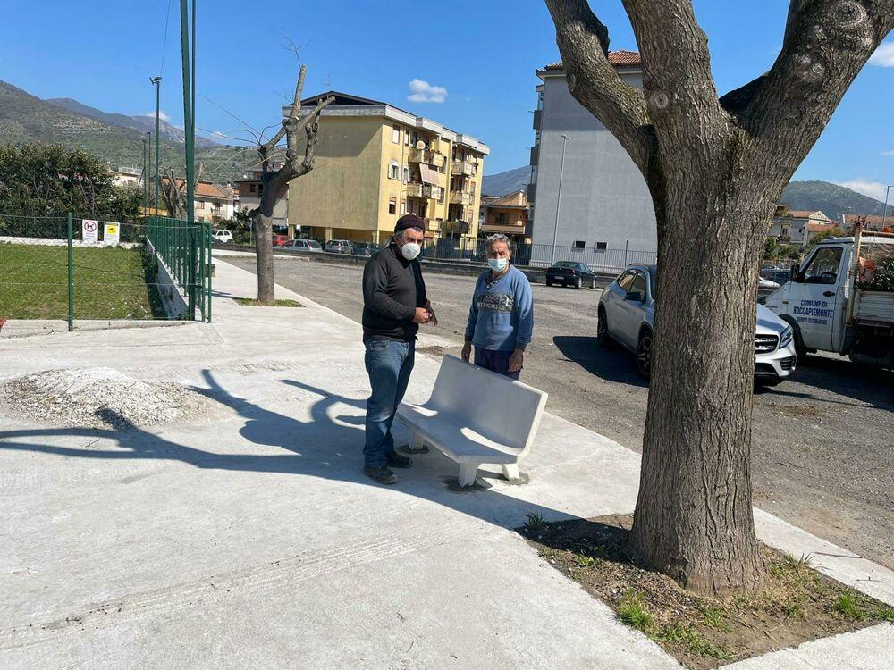 """Roccapiemonte, dopo il furto installata la nuova panchina al""""Catello Mari"""""""