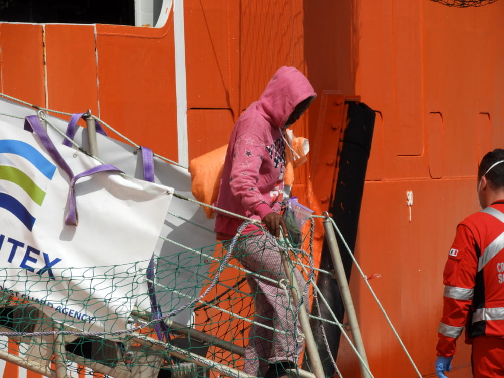 Migranti: in serata a Salerno sbarco di una nave con 32 clandestini