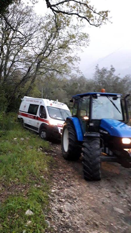 Ambulanza per le vaccinazioni resta bloccata in montagna: liberata da un trattore