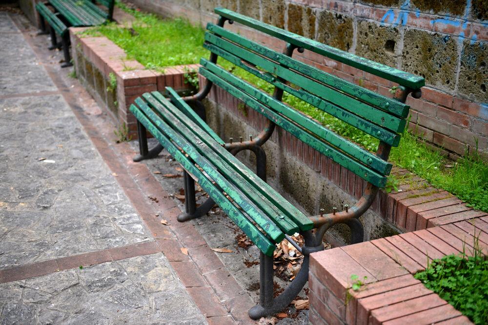 Panchine rotte, erba incolta e rifiuti abbandonati nella Villa Carrata: la denuncia di un lettore
