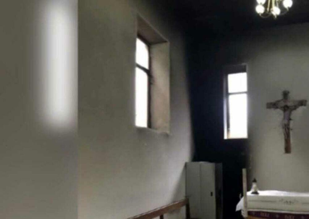 """Incendio nella cappella del cimitero di San Rufo, il Comune: """"Chiedete scusa!"""""""