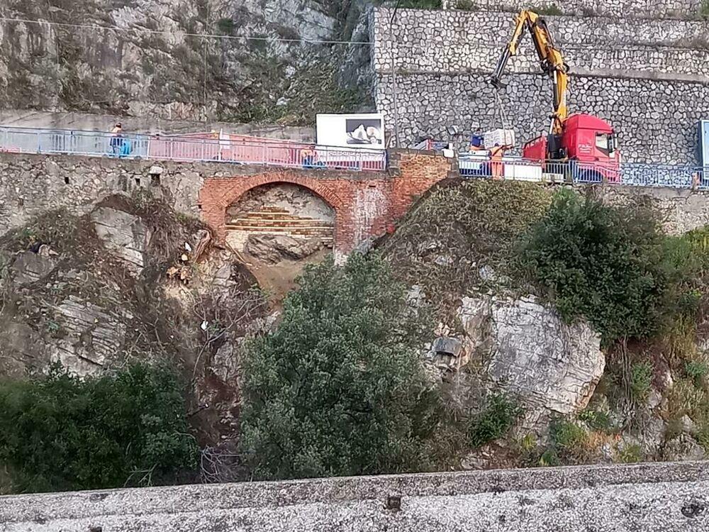 Frana tra Salerno e Vietri, riapre la SR 18: l'annuncio di Strianese