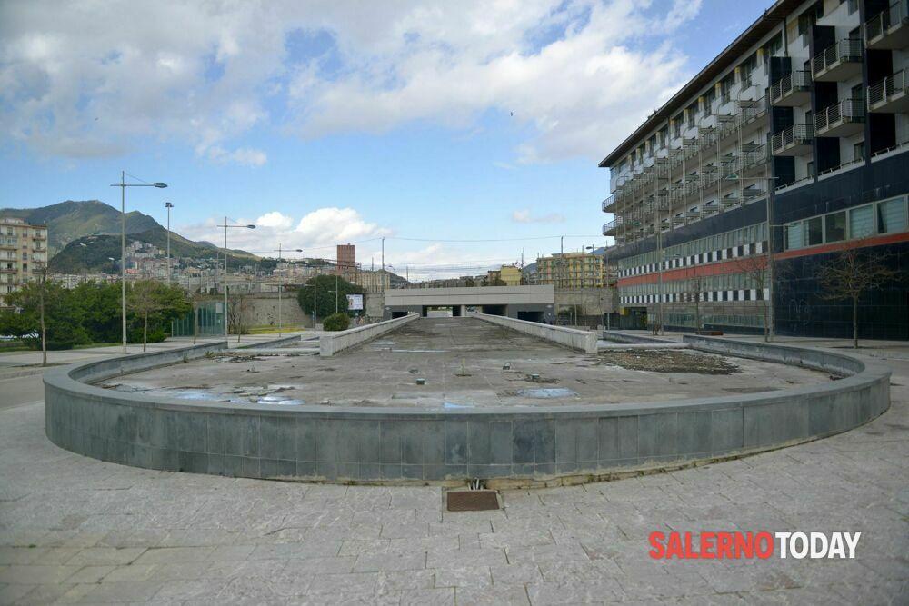 Degrado a Salerno: rifiuti in piazza e lancio di arance, le denunce