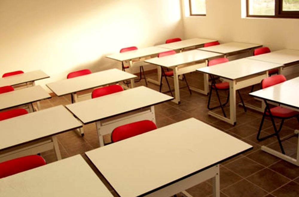 Covid, cinque classi in quarantena ma la scuola resta aperta: è polemica a San Marzano sul Sarno