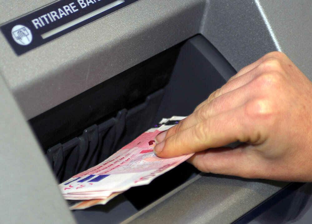 Ruba bancomat per prelevare soldi alle Poste: 44enne di Giffoni nei guai