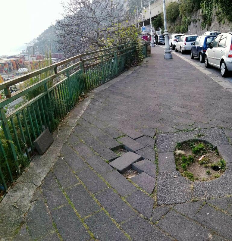 Pavimentazione divelta in via Benedetto Croce: la segnalazione