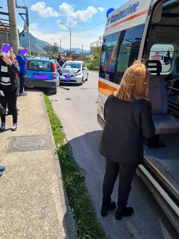 Incidente a Sarno tra due auto: nei guai uomo senza patente e assicurazione