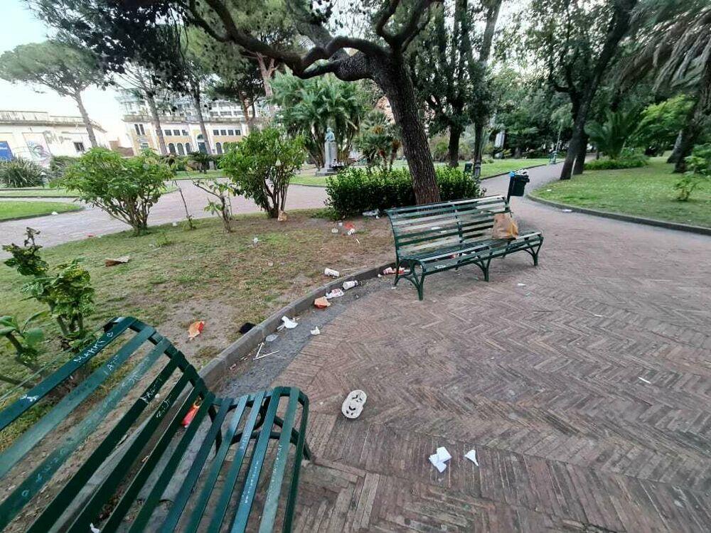 """Gli """"avanzi"""" del weekend: degrado e rifiuti nella villa comunale di Salerno"""
