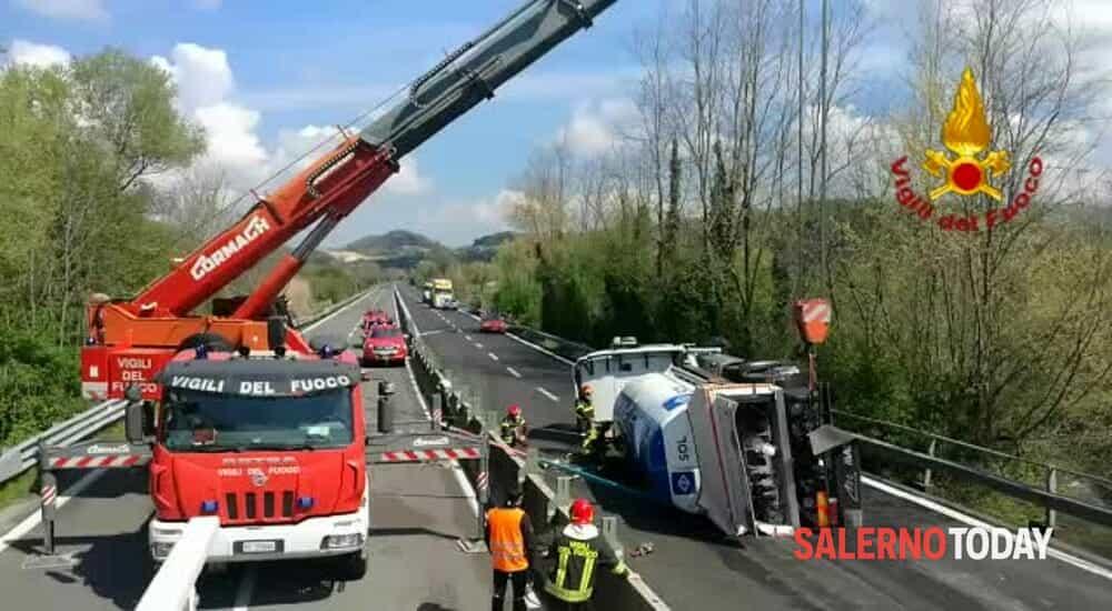 Si ribalta autocisterna sul raccordo Avellino-Salerno: il video dei soccorsi