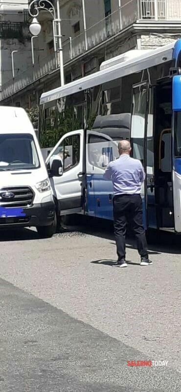 Due incidenti in poche ore, a Salerno: automobilista ferita a Fratte, sportello incastrato in un bus in centro