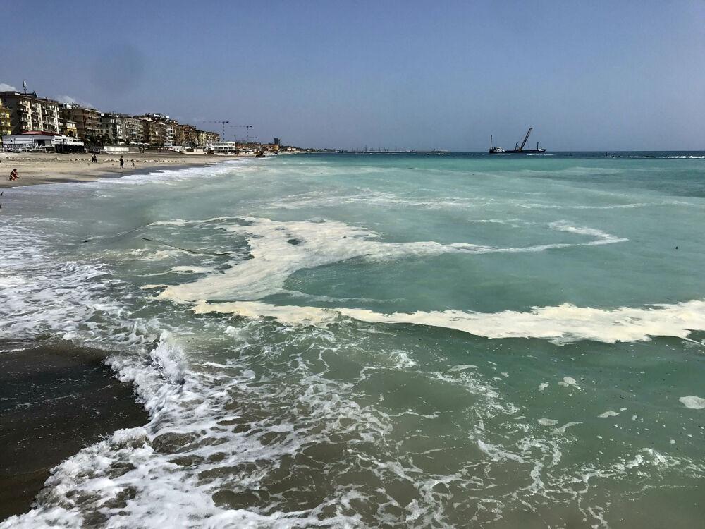 Spiagge bianche e mare sporco nella zona orientale di Salerno: l'ira dei residenti