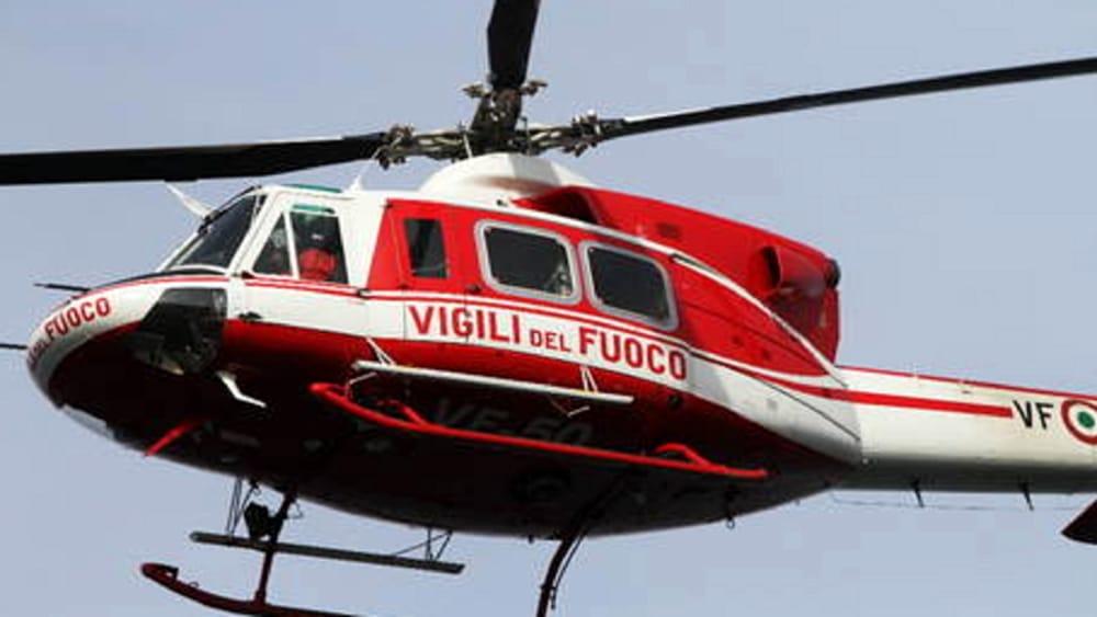 Incendio sulle montagne a Tramonti: donna cade e si ferisce, salvata
