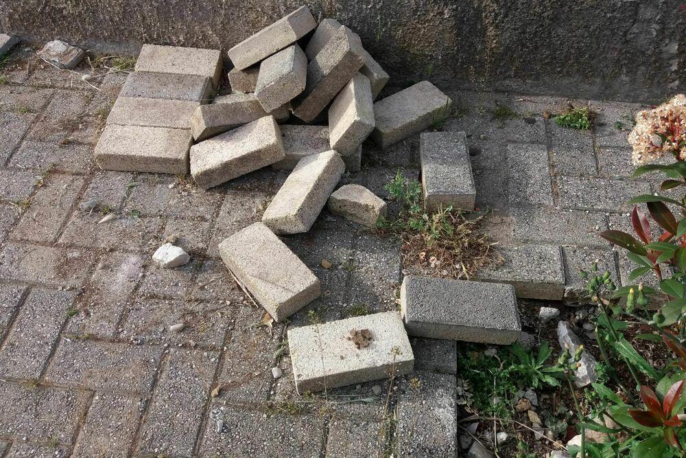 Degrado e danni in piazza Petti, l'appello dei residenti