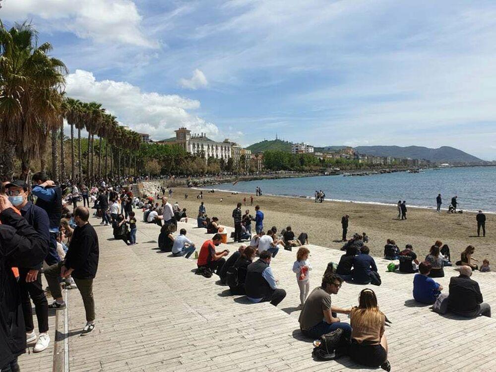 Domenica di sole e relax: salernitani a passeggio sul lungomare, affollata la spiaggia di Santa Teresa