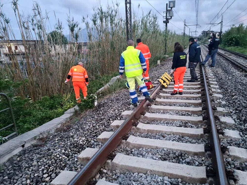 Travolto sui binari dal treno in corsa: morto straniero a Sarno