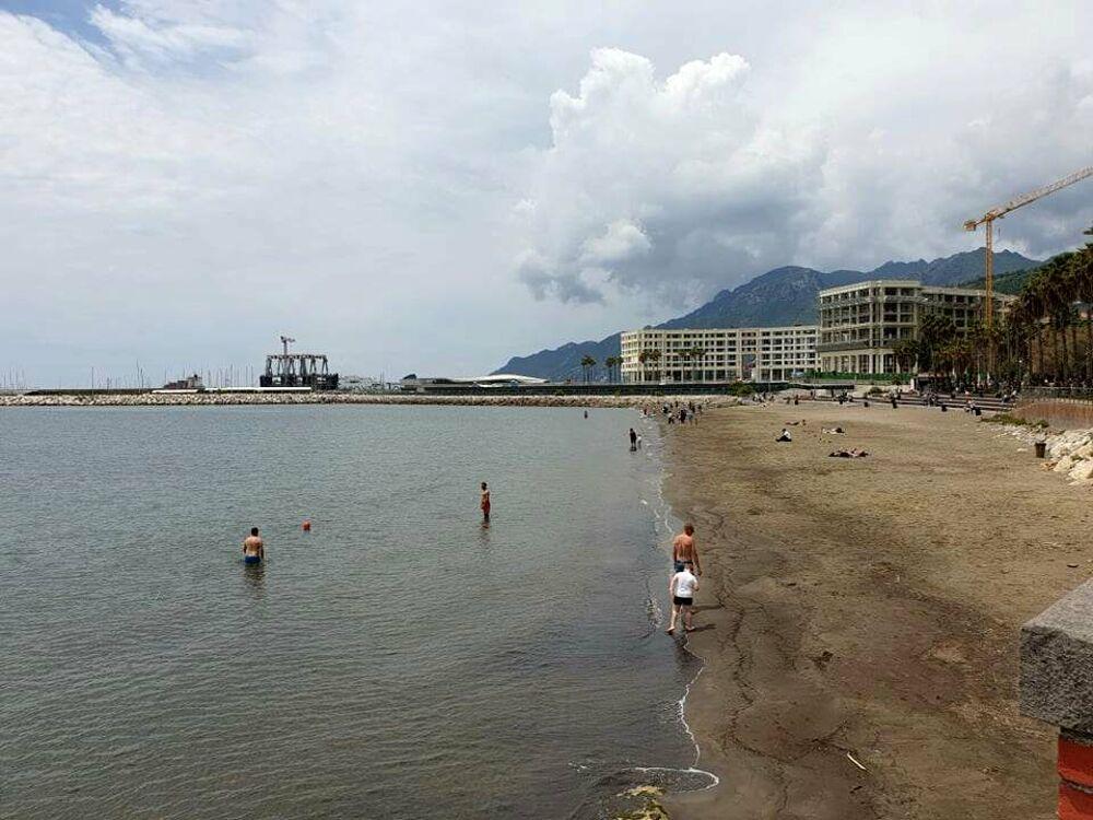 Domenica con tempo incerto a Salerno, ma a Santa Teresa c'è chi si tuffa in mare