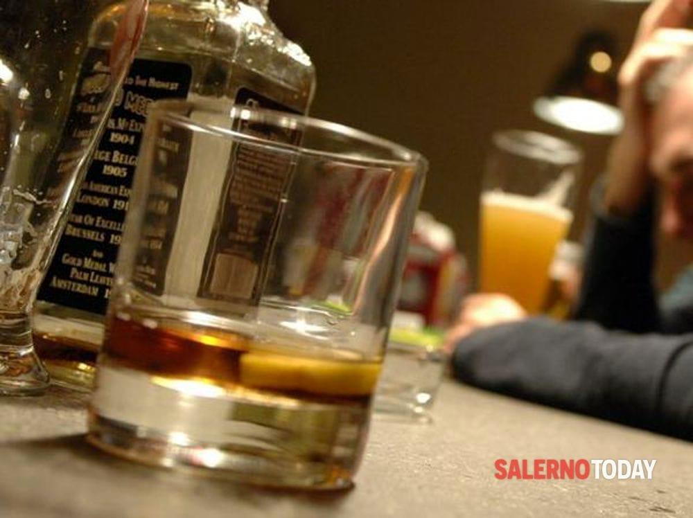 Pretende di bere alcolici dopo l'orario consentito, denunciato 35enne straniero a Salerno