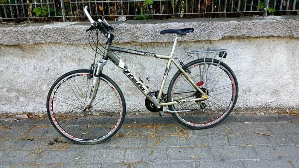 Percorre km a piedi per raggiungere il posto di lavoro: la Fiab dona una bici ad un giovane in difficoltà
