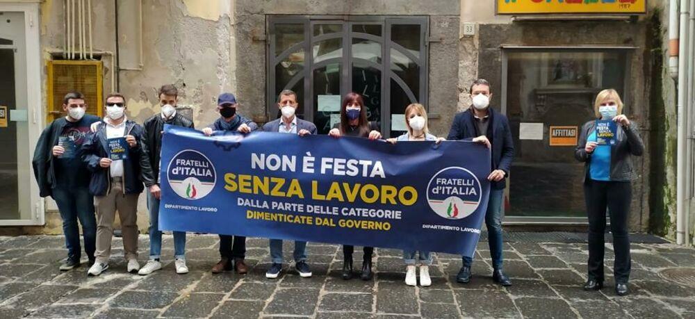 """""""Non c'è festa senza lavoro"""": il flash mob di Fratelli d'Italia in piazza Portanova"""